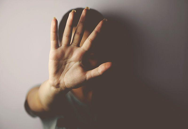 Beskytter seg med å holde opp hånda (colourbox.com)