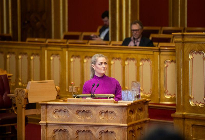 Sandra Borch (Sp) på talerstolen i Stortingssalen (Foto: Stortinget)