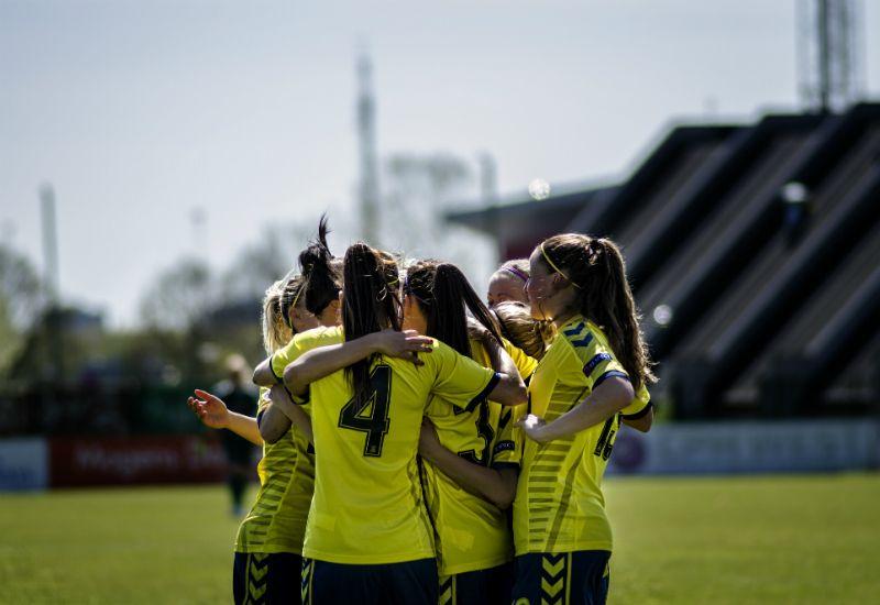 Fotballjenter som feirer seiere (foto: colourbox.com)