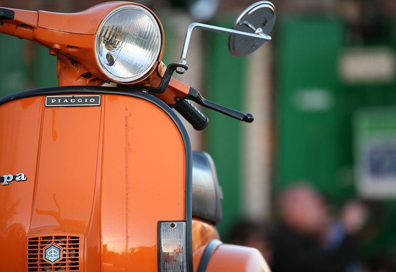 Bilde av en oransje scooter (colourbox.com)