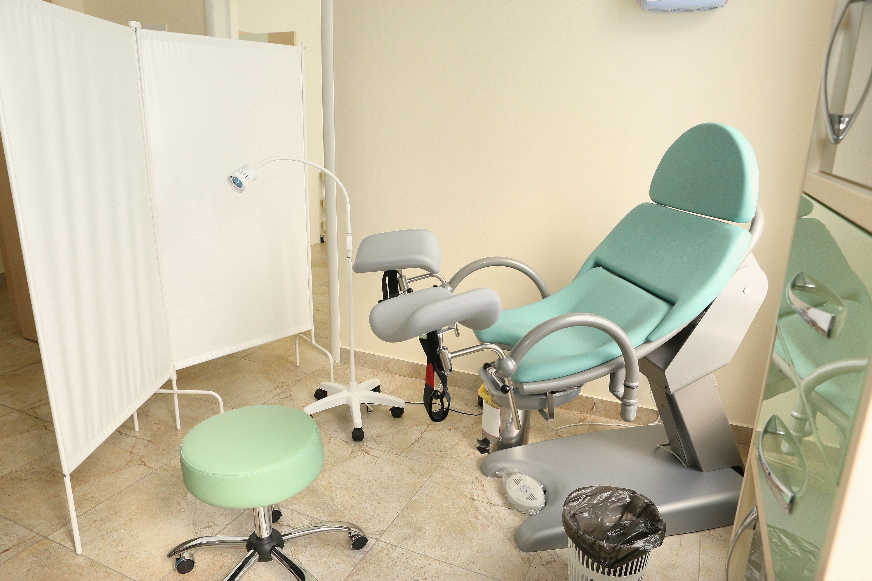 SPESIALSTOL: Når du kommer inn hos legen, kler du av deg nedentil, og legger deg i stolen med beina på beinholderne. Det hele er over på noen få minutter. Foto: Colourbox.