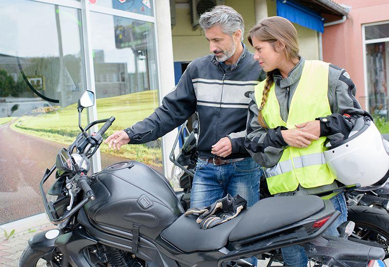 Jente under motorsykkelopplæring.