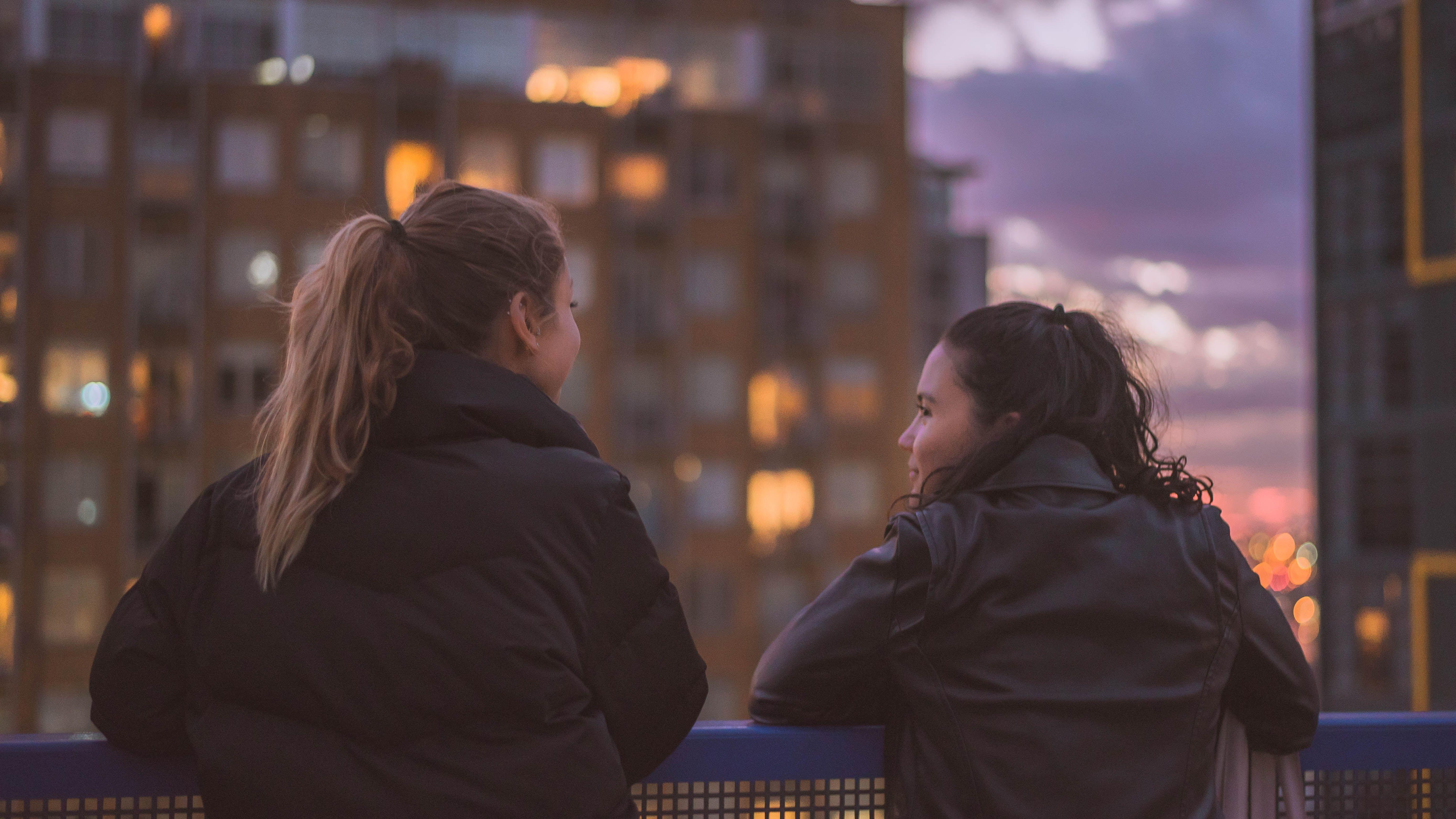 To jenter som ser på hverandre.