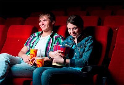 Jente og gutt er på date på kino (Foto: colourbox.com)