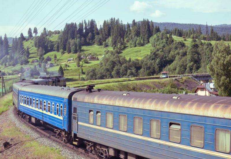 Tog som går gjennom grønt landskap (Foto: Colourbox.com)