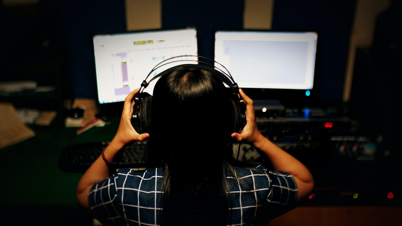 TA PAUSE FRA LYDEN: Høy lyd rett i øret kan gi varig hørselskade. Ta godt vare på hørselen din, og husk å ta pauser fra lyden innimellom. Foto: Unsplash / Teguh Baskoro