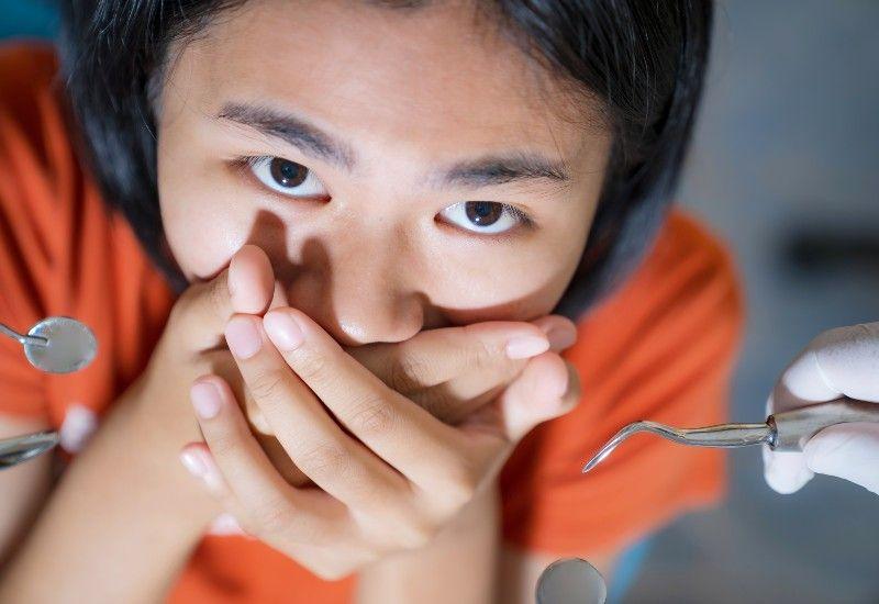 SNAKK OM DET: Hvis du er redd for undersøkelsen, bør du si ifra. Tannpleiere og tannleger ønsker å hjelpe deg, og de kan gjøre mye for at du skal føle deg trygg. Foto: Colourbox