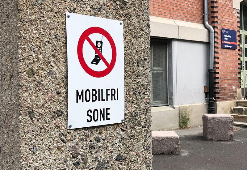 Mobilfri sone-skilt i skolegården (foto: ung.no)