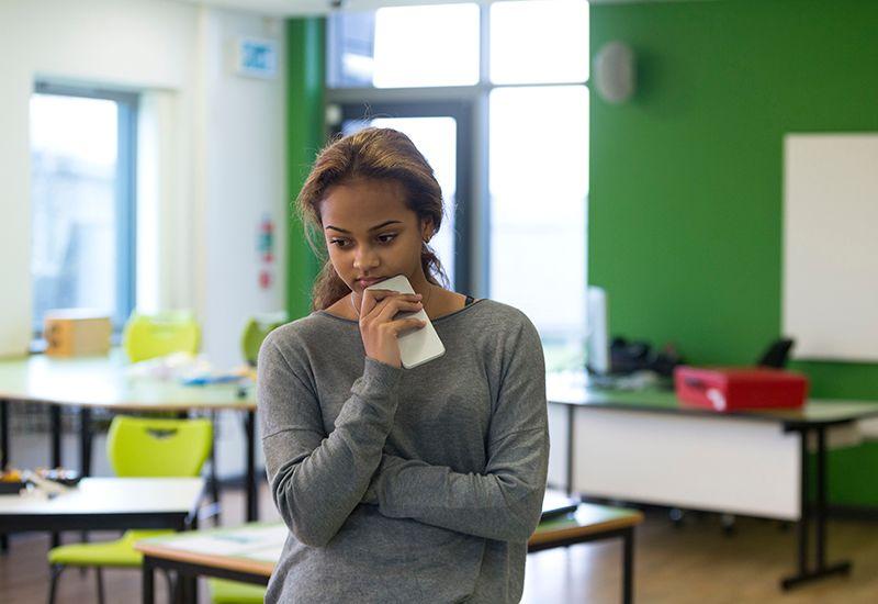 Jente er betenkt i klasserommet (colourbox.com)