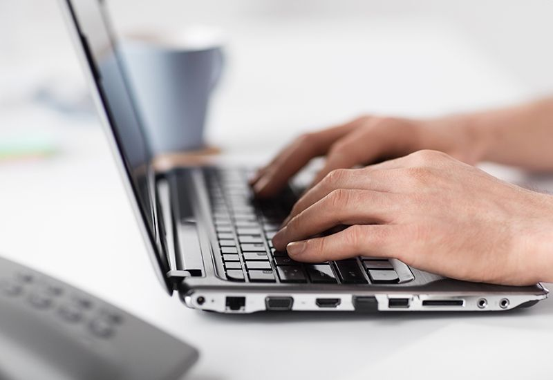 Skriver på laptop (colourbox.com)