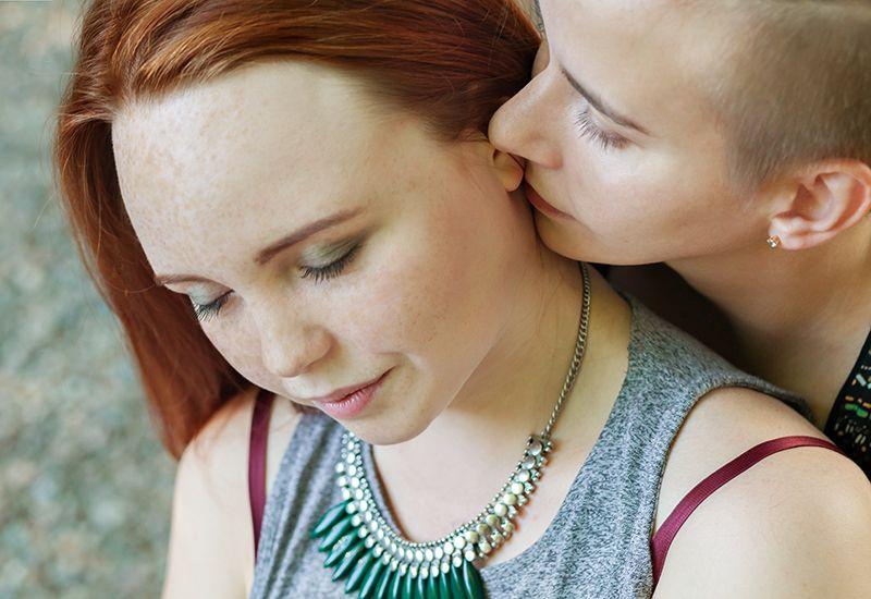 Kjærester koser, men den ene ser litt betenkt ut (colourbox.com)