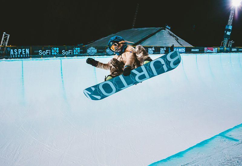 Snowboarder i half pipe (Foto: Unsplash)