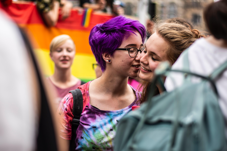 To jenter som ser forelska ut.