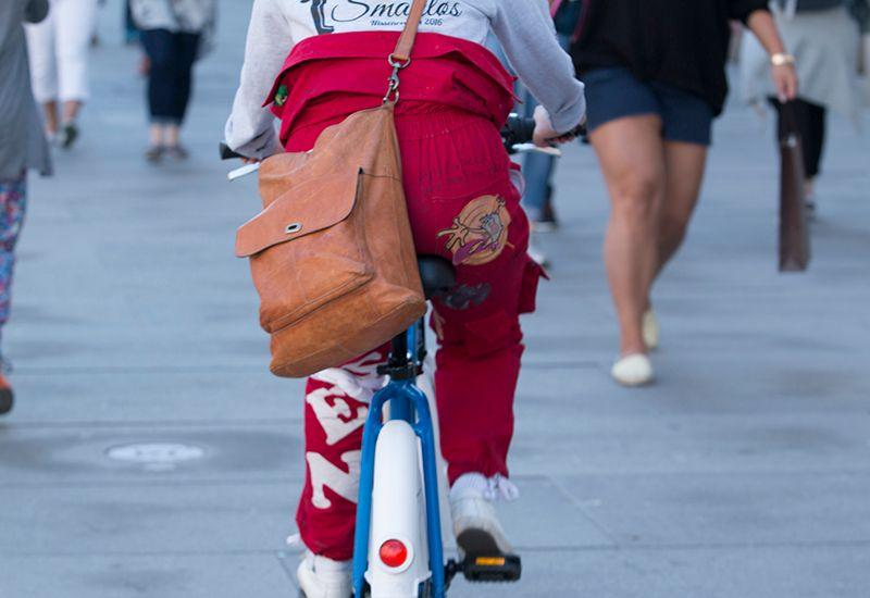 Russ på sykkel i gata (colourbox.com)