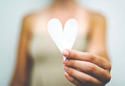 Jente holder et hjerte (colourbox.com)