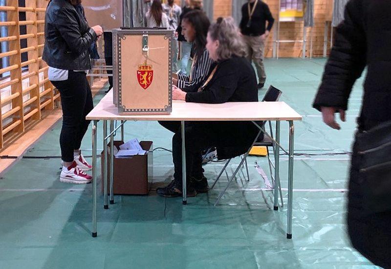 Valglokale og stemmeurne (foto: ung.no)