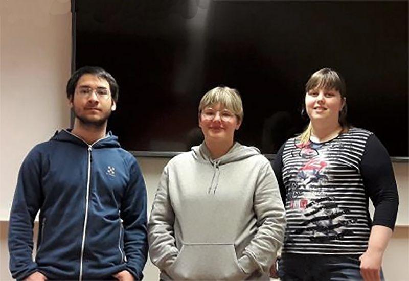 Tre ungdommer (Hollie, Ingvild og Ingveig) står foran en tv-skjerm (Foto: Privat/ung.no)