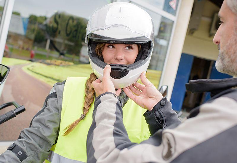 Jente skal øvelseskjøre på motorsykkel (colourbox.com)