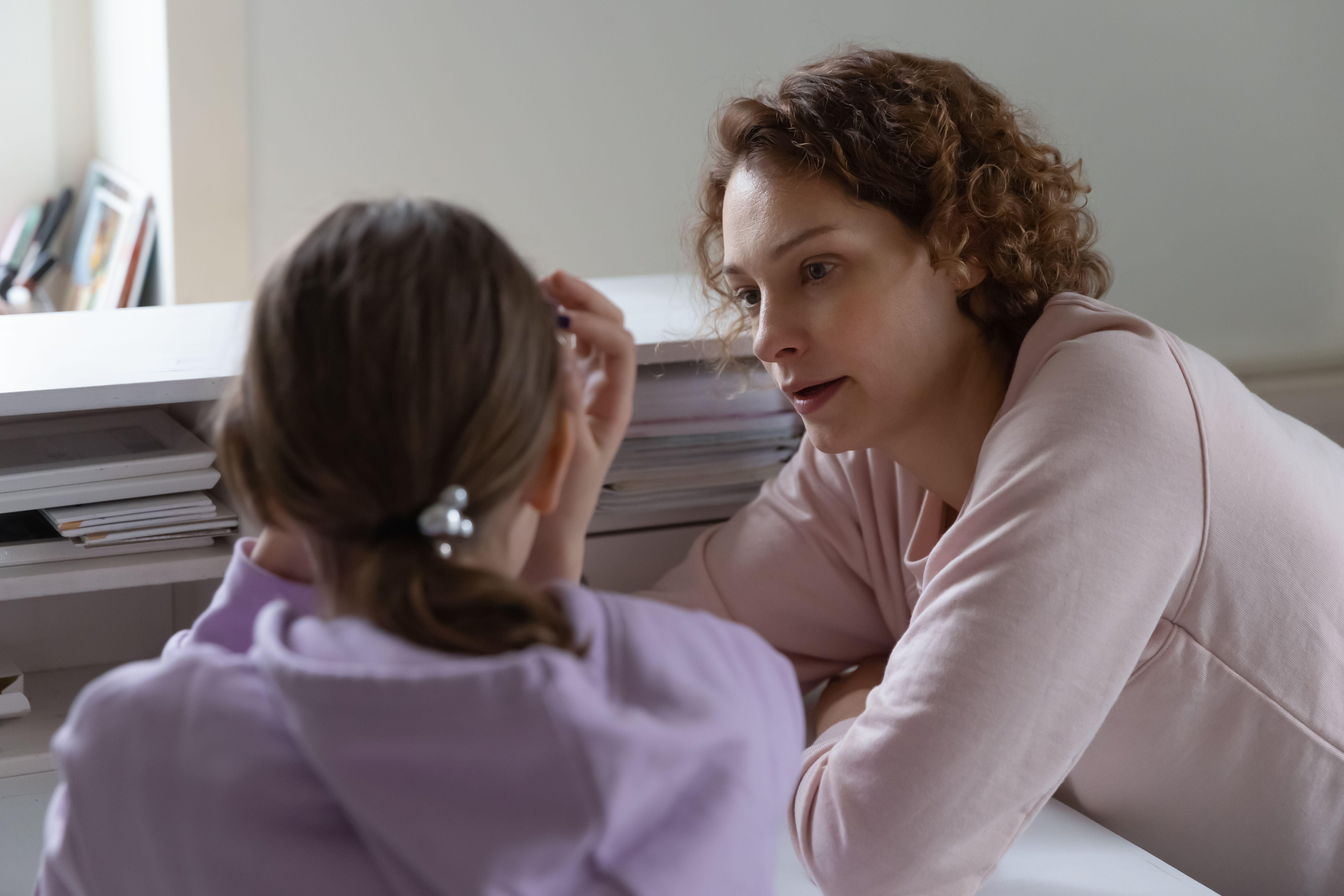 Mor og datter som snakker sammen.