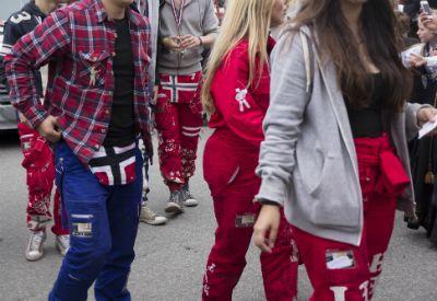 Ungdommer med røde og blå russebukser. (www.colourbox.com)