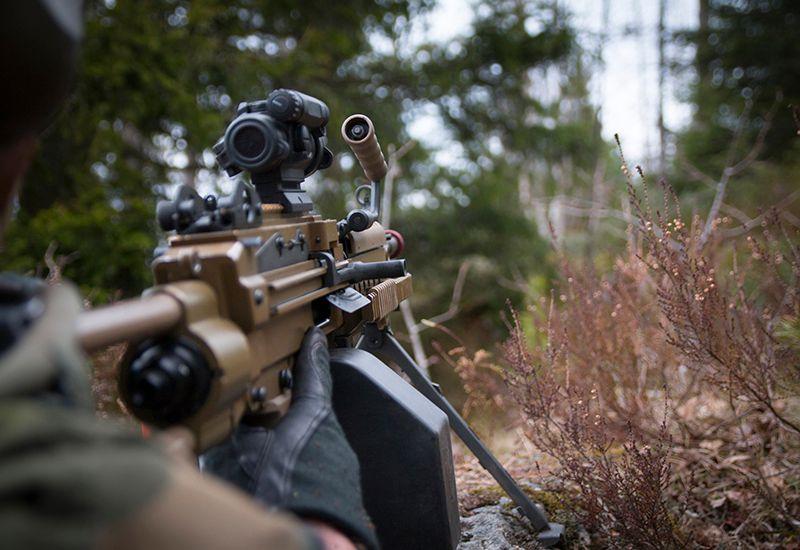 Militær med gevær (colourbox.com)