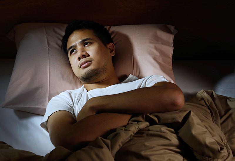 BEKYMRET: Mange sliter med å sove fordi de ligger og grubler etter de har lagt seg. Har du gode søvnrutiner kan du unngå dette. Foto: Colourbox