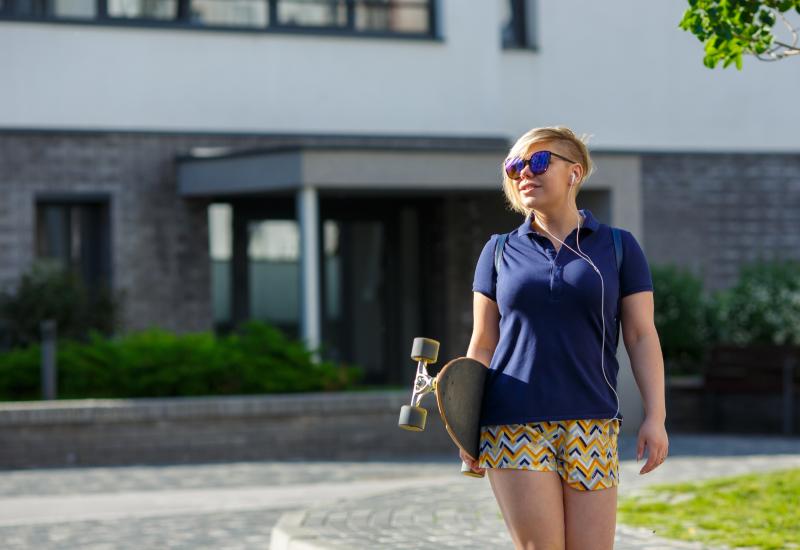 Jente med skateboard (Colourbox)