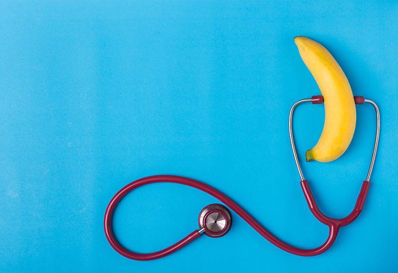 NORMALT: En underlivssjekk ser ikke helt slik ut, men for en lege er det like normalt å undersøke en penis som å spise en banan. Foto: Colourbox.