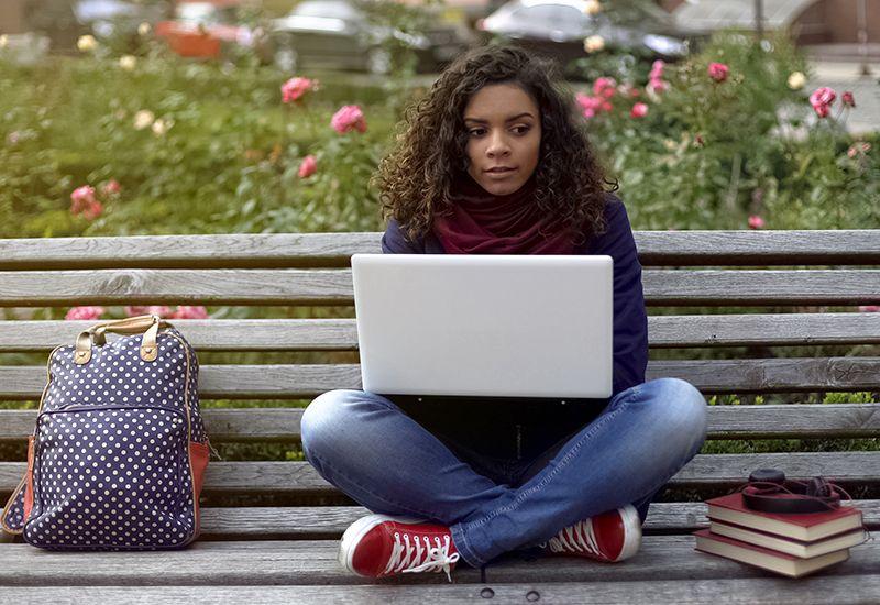 Jente sitter på en benk og tenker. (www.colourbox.com)