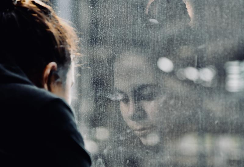 ENSOMT: Mange som opplever vold hjemme kan føle seg ensomme. Da kan det hjelpe å snakke med noen og få hjelp.