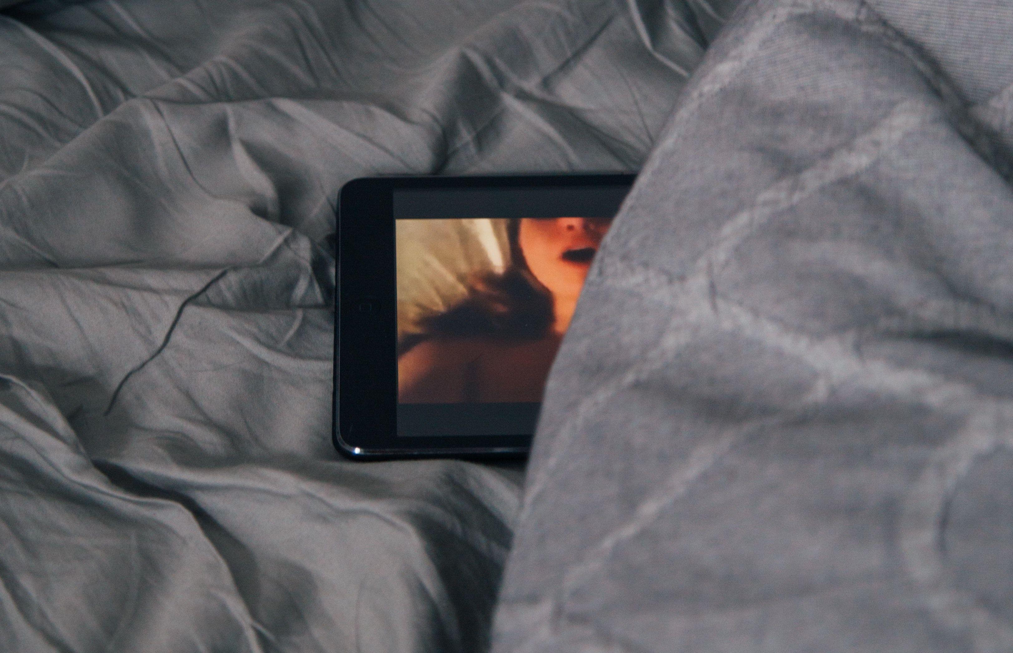 Porno på en mobilskjerm.
