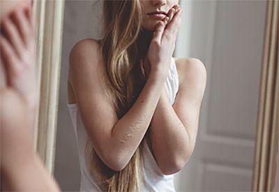 Trist jente ser seg i speilet (colourbox.com)