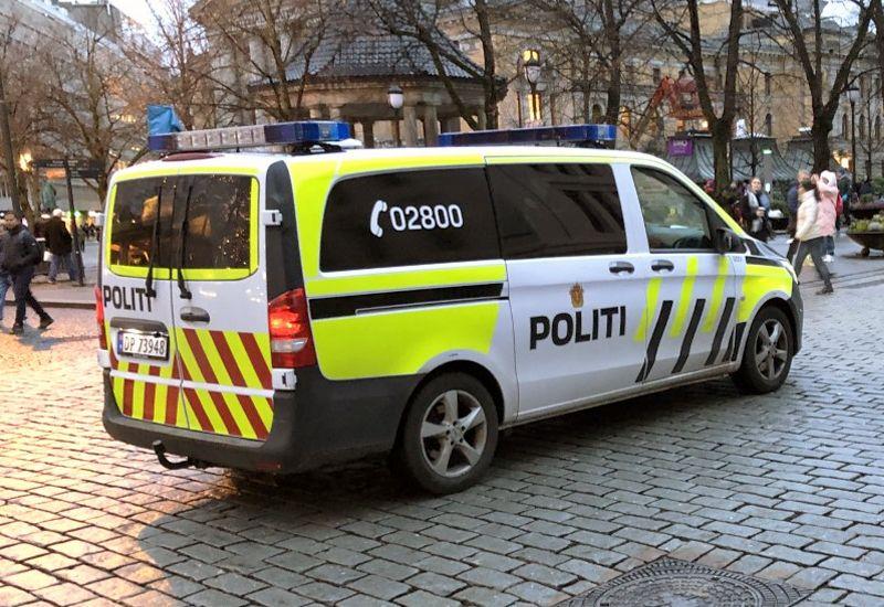 Politibil på Karl Johansgate i Oslo (foto: ung.no)