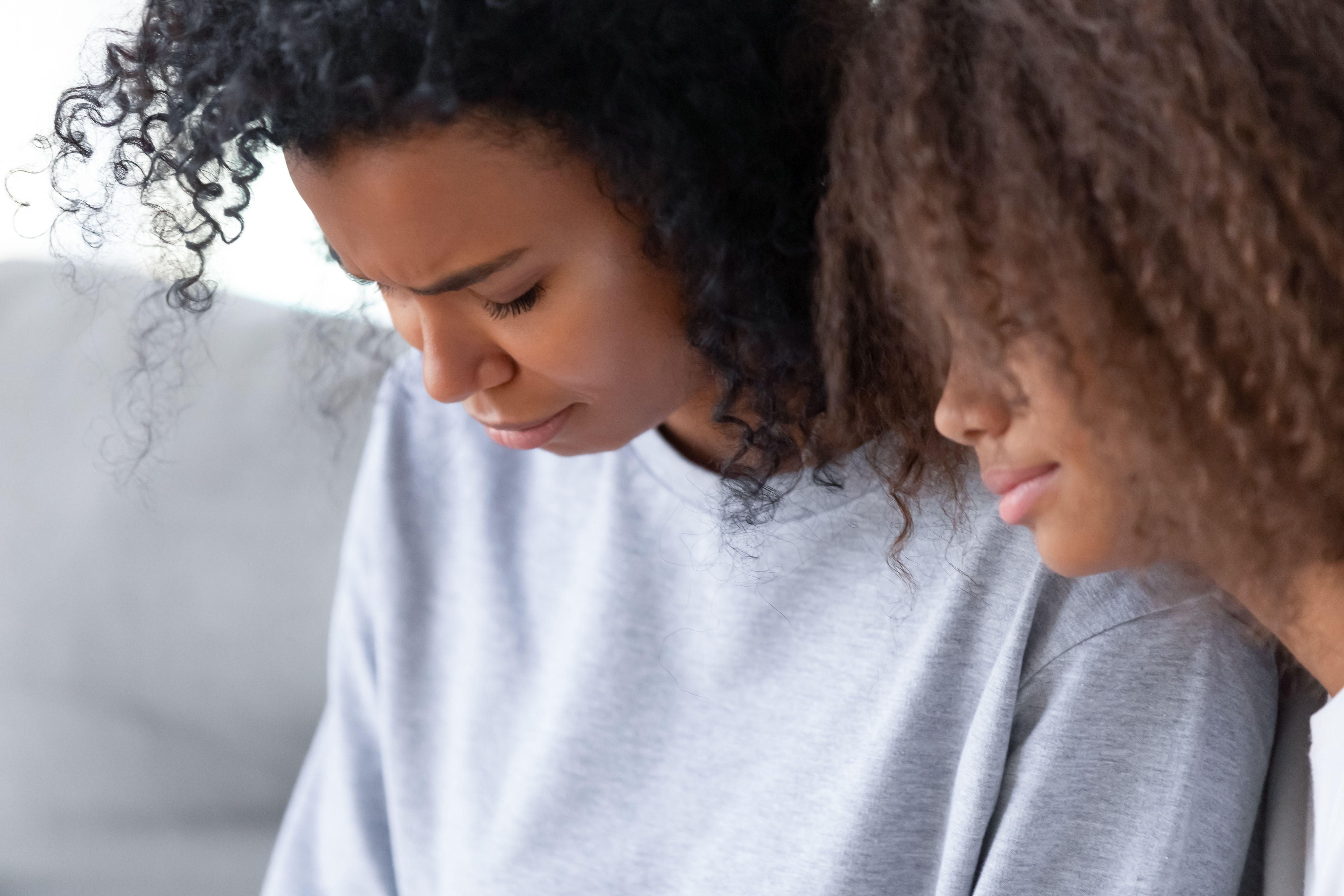 Jente som gråter og som får trøst av sin søster.