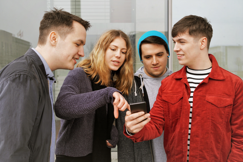Gjeng som ser på en telefon