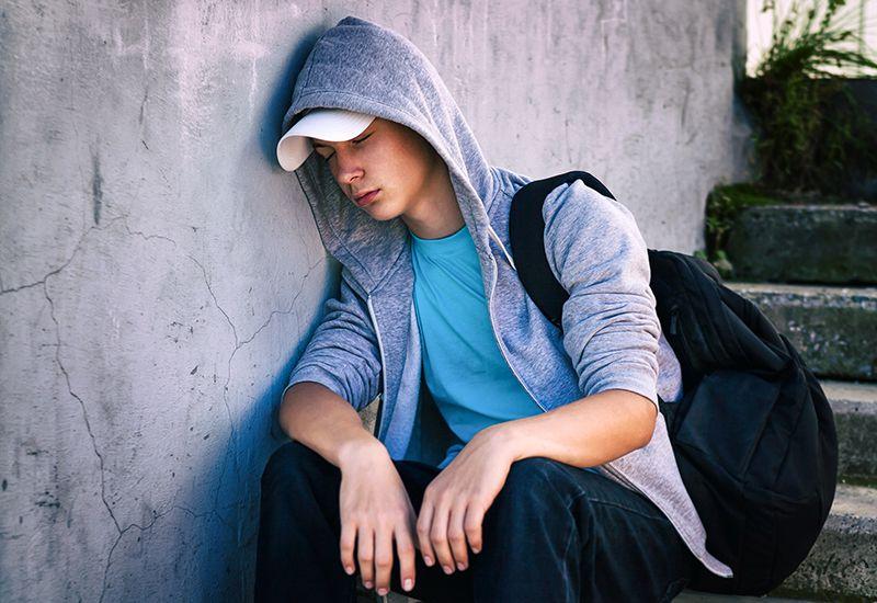 Gutt sitter i en trapp og er deppa (colourbox.com)