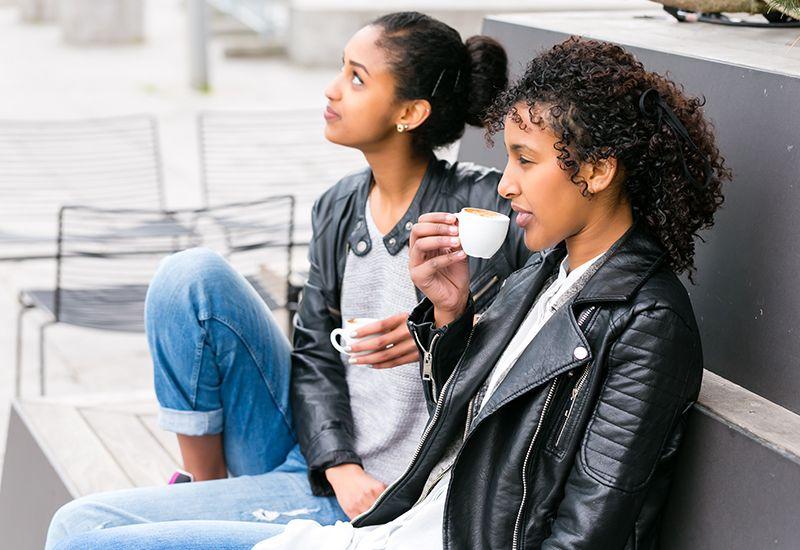 Stillhet mellom to jenter på kafé (colourbox.com)