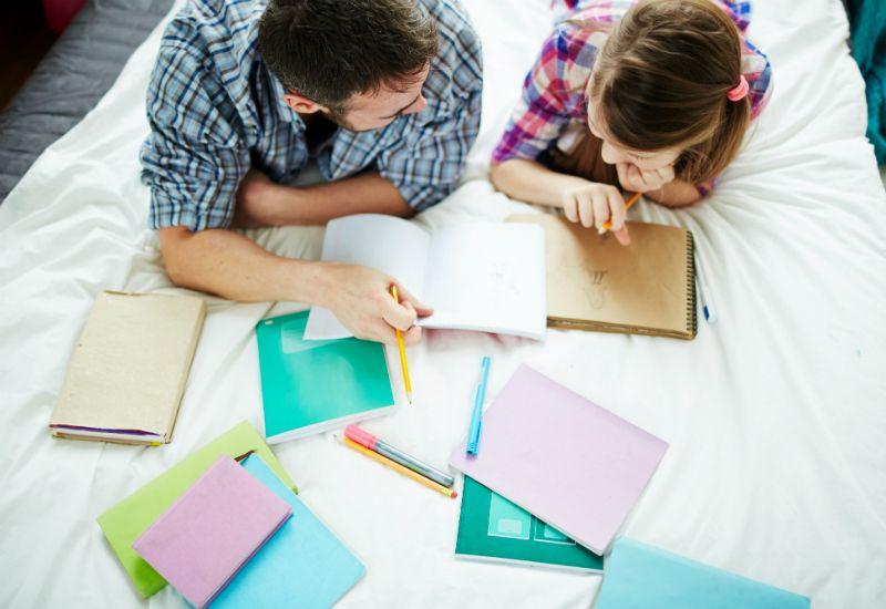 Pappa og datter gjør lekser sammen (colourbox.com)