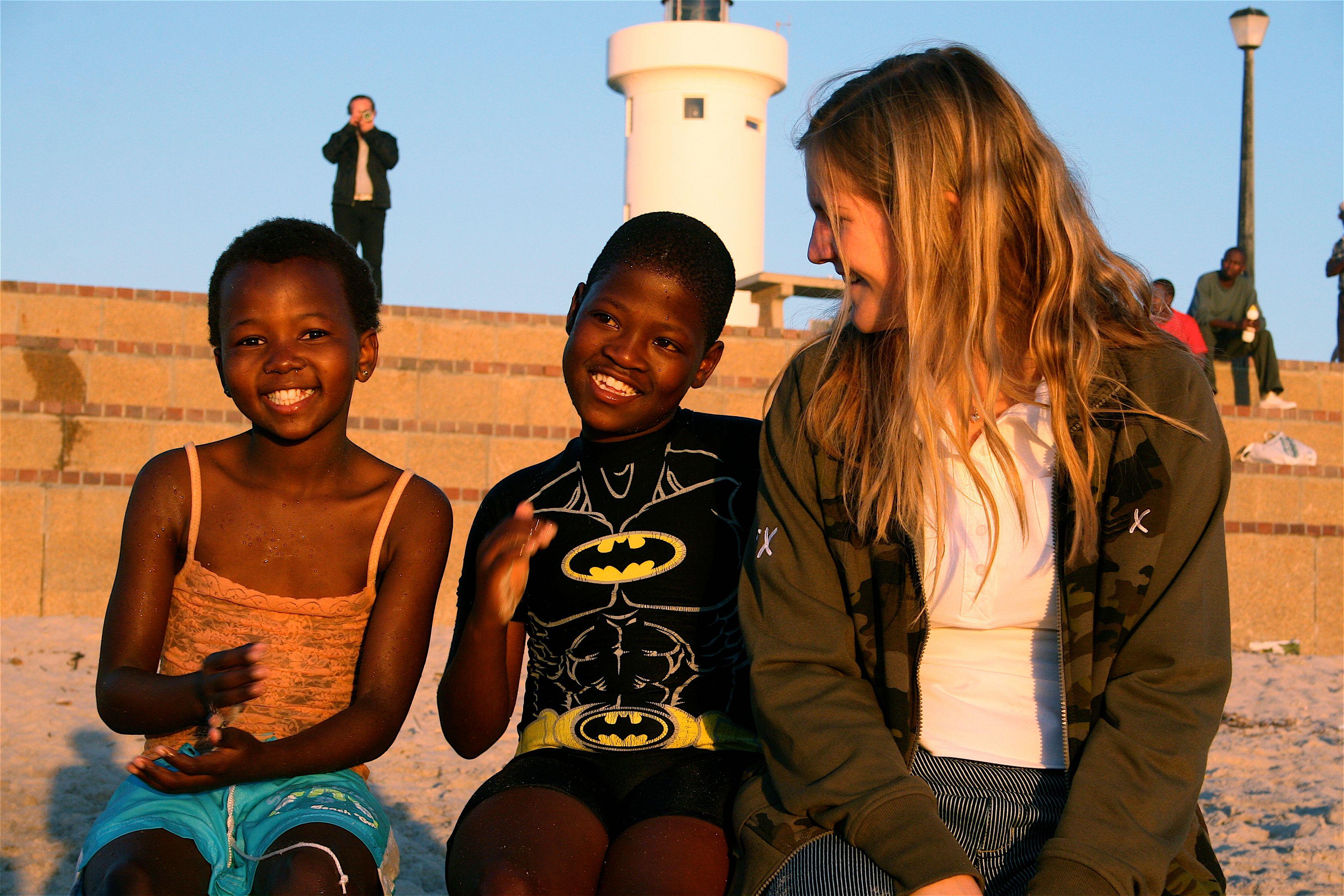 Jente med to barn på stranden (www.colourbox.com)