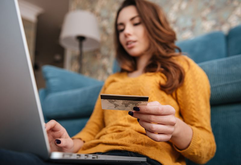 Jente handler på nettet (colourbox.com)