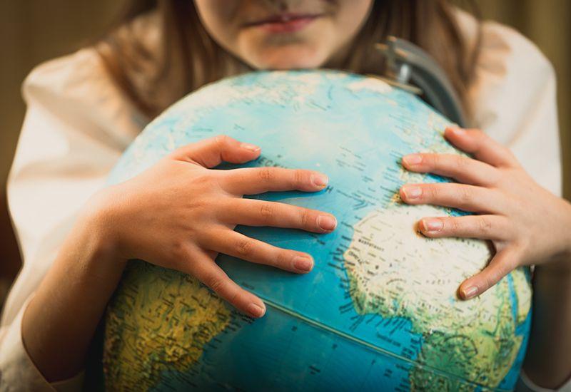 Jente holder rundt en globus (colourbox.com)