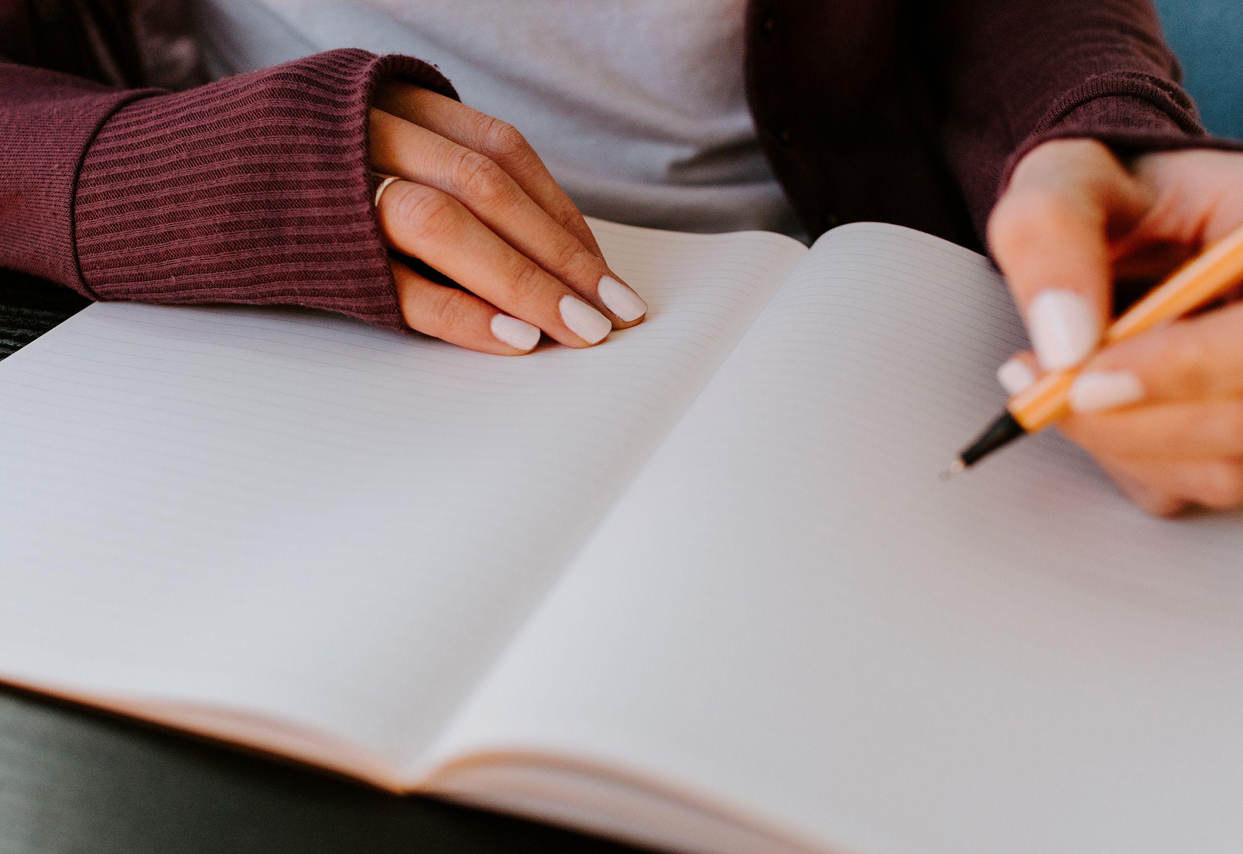 Jente skriver dagbok.