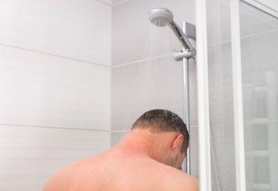 Gutt i dusjen (colourbox.com)