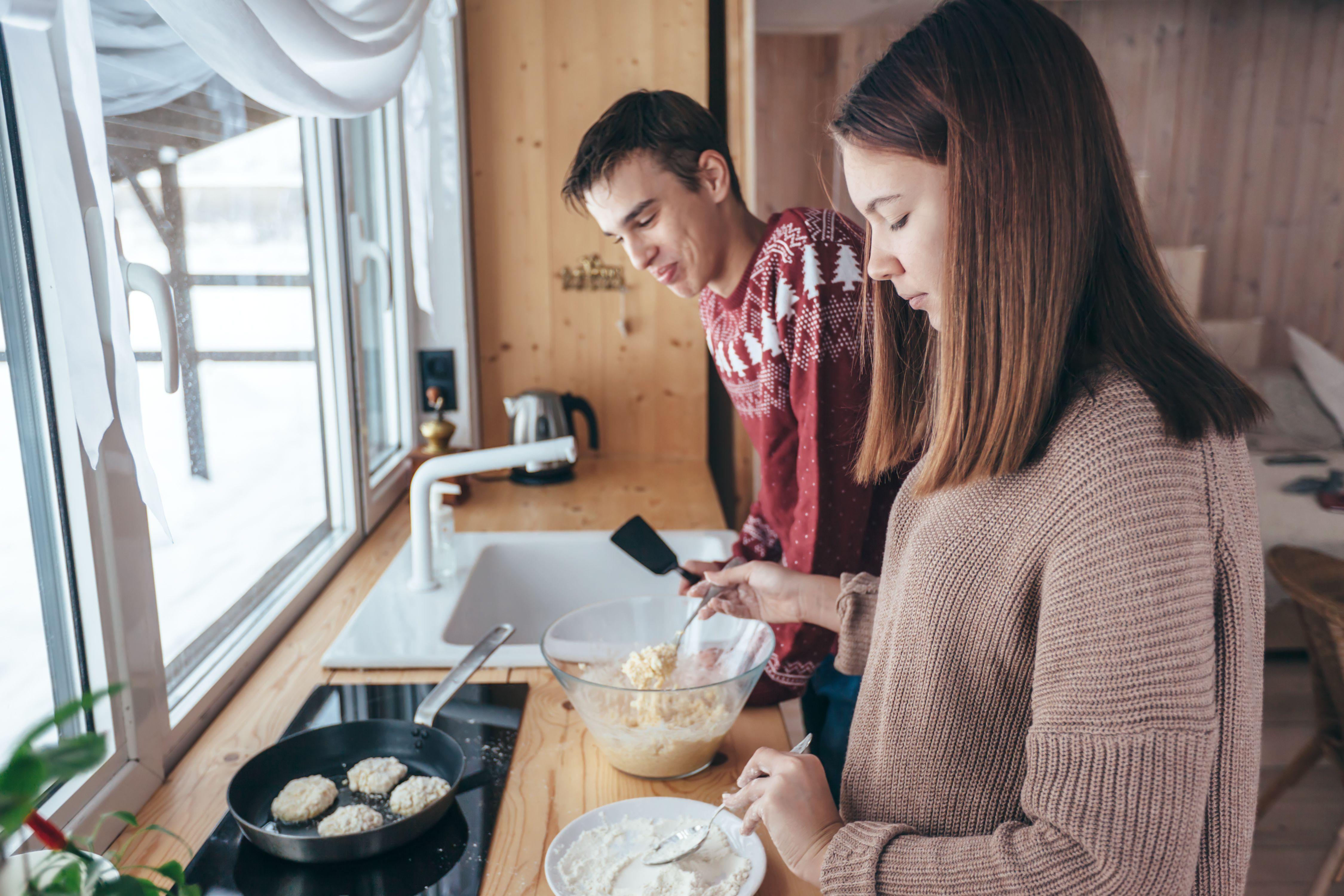 SETT GRENSER: Å bidra hjemme skaper fellesskap, men det kan også bli for mye ansvar. Foto: Colourbox