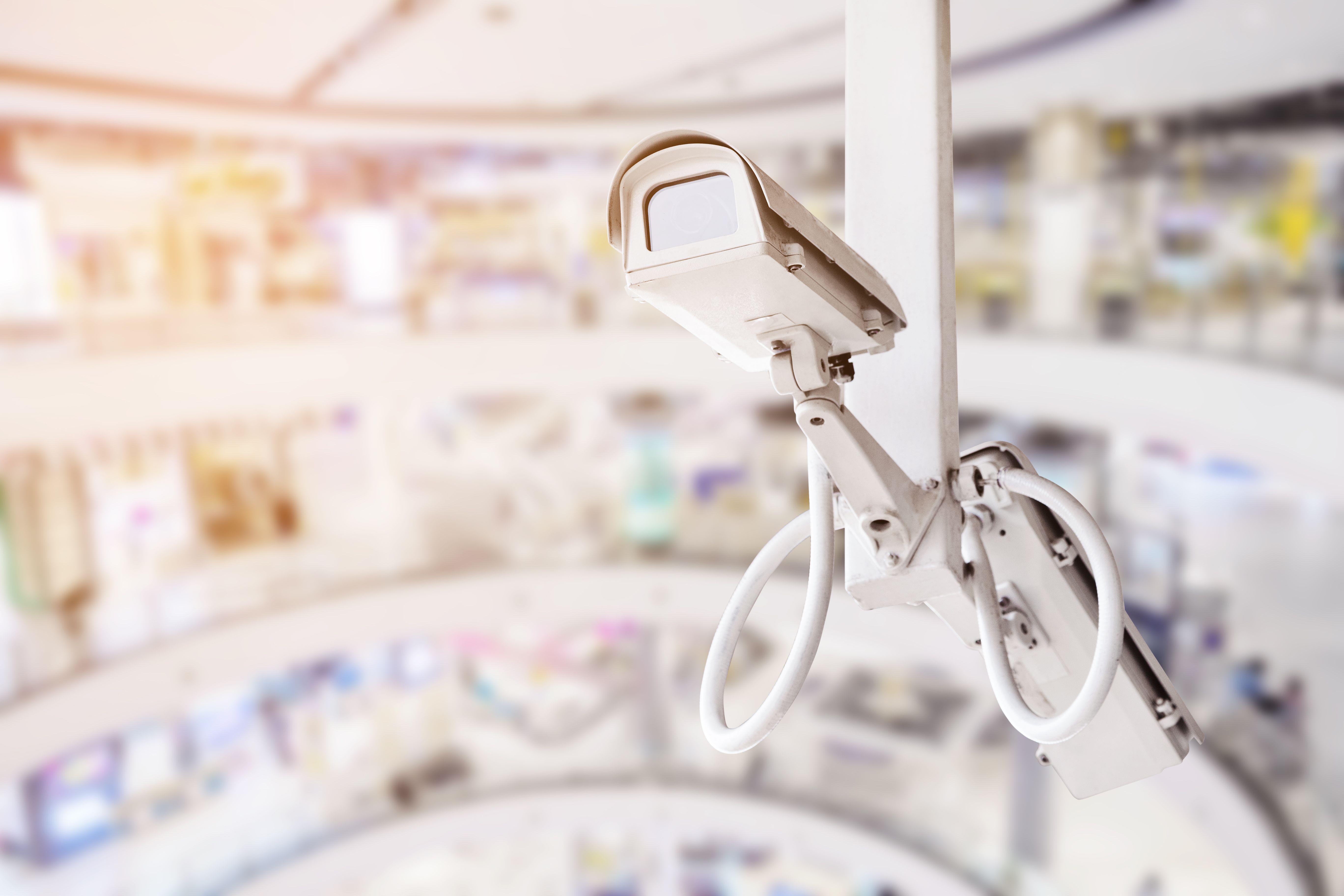 Overvåkingskamera inne på et shoppingsenter (colourbox.com)