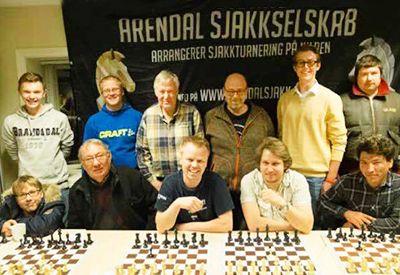 """""""Et hyggelig miljø med vittige personer"""", sier Esben (til venstre bak) om sjakkvenner i Arendal sjakkselskab (foto: Norsk Sjakkblad)"""