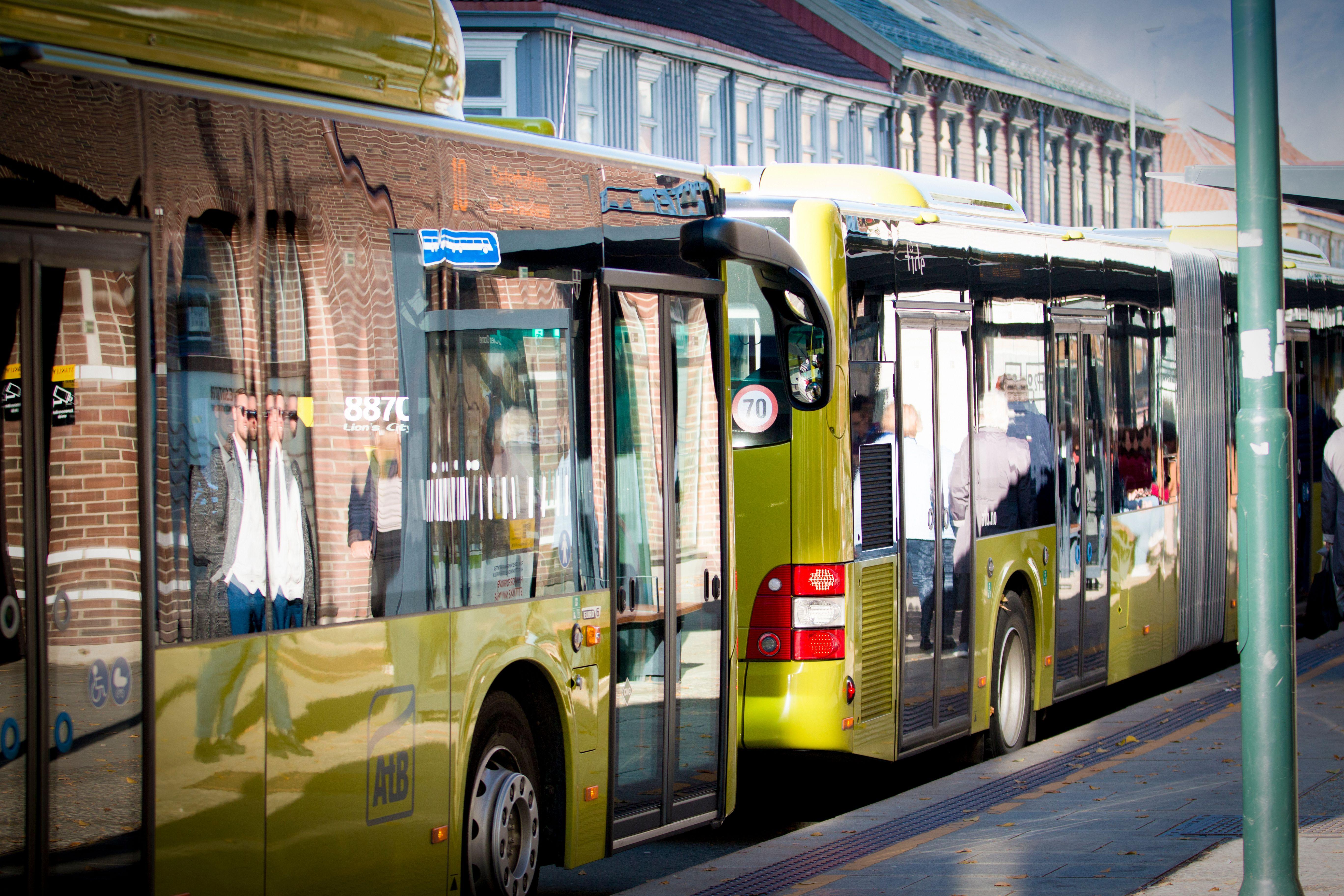 To busser som står parkert etter hverandre.