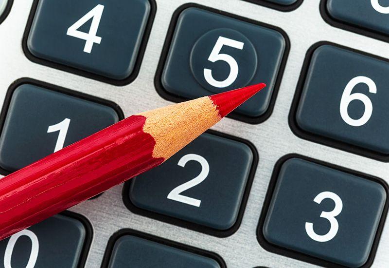 Kalkulator og blyant (colourbox.com)