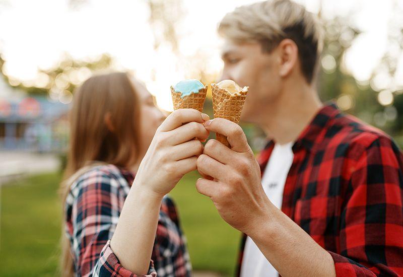 Kjærester holder rundt hverandre (colourbox.com)