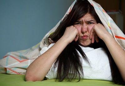 Trøtt jente i senga (colourbox.com)